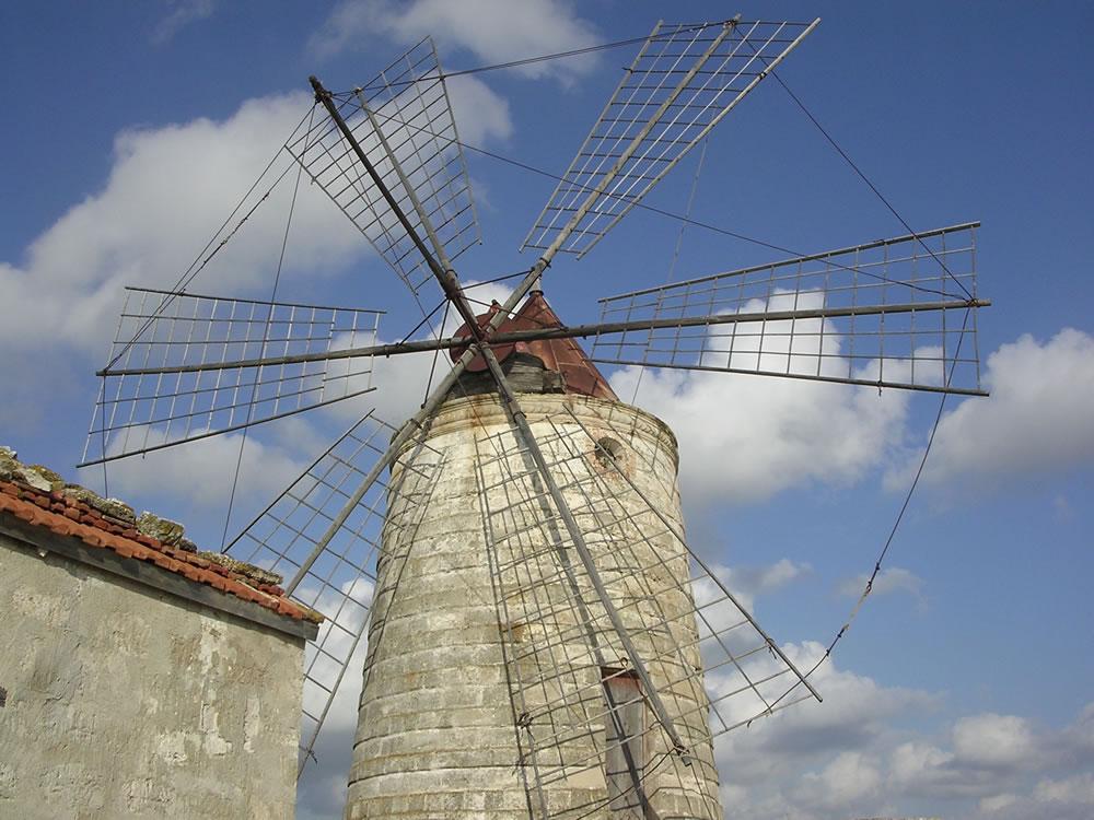 Mulino a vento nella Riserva naturale integrale delle Saline di Trapani e Paceco